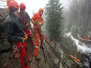 Mokro, sníh, výška. Čeští a polští hasiči cvičili na Čertově skále